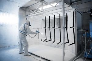 Application de peinture industrielle liquide en chambre isolée